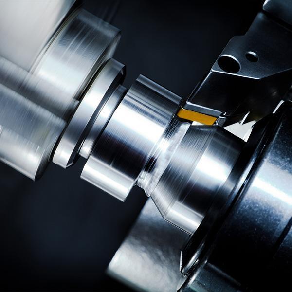 tokarka obrabiająca element metalowy